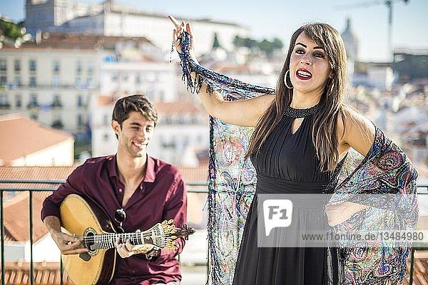 Fado-Sänger mit portugiesischem Gitarristen in Alfama  Lissabon  Portugal  Europa