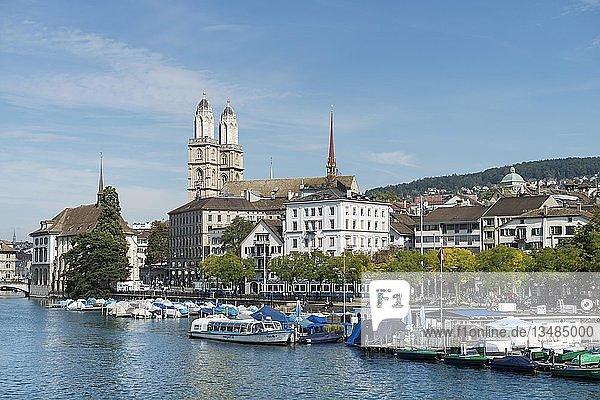 Blick von der Quaibrücke über den Fluss Limmat zum Yachthafen mit dem Limmatquai  dahinter die Zwillingstürme vom Grossmünster  Zürich  Kanton Zürich  Schweiz  Europa