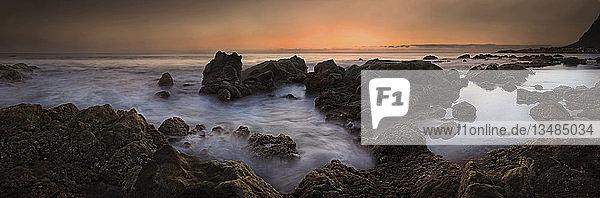 Sonnenuntergang am felsigen Strand des Playa de Valle Gran Rey  La Gomera  Kanarische Insel  Spanien  Europa