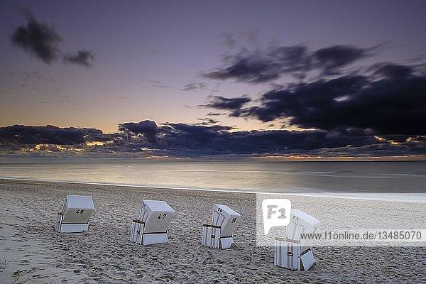Strandkörbe am Weststrand von Hörnum im Abendlicht  Sylt  Nordfriesland  Schleswig-Holstein  Deutschland  Europa