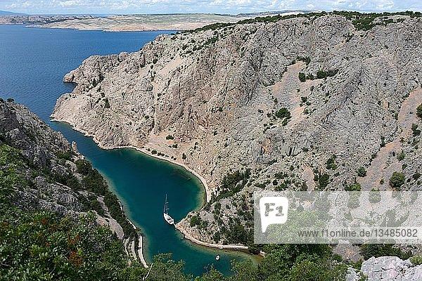 Bucht Zavratnica  Nationalpark Prirode Velebit  Jablanac  dahinter Insel Rab  Dalmatien  Kroatien  Europa