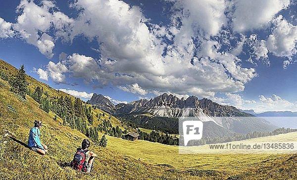 Wanderer bei der Enzianhuette am Plosen genießen den Ausblick auf das Aferer Geisler-Massiv mit Peitlerkofel  Würzjoch  Villnösstal  Dolomiten  Südtirol  Italien  Europa