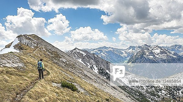 Wanderin auf Wanderweg  Überschreitung von der Seekarspitz zur Seebergspitz  Tirol  Österreich  Europa