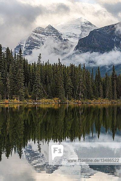 Herbert Lake  See mit Spiegelung der Bow Range  Banff National Park  kanadische Rocky Mountains  Alberta  Kanada  Nordamerika
