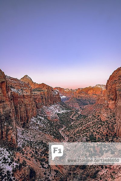 Ausblick vom Canyon Overlook in den Zion Canyon mit Schnee  bei Sonnenaufgang  hinten links Bridge Mountain  Zion Nationalpark  Utah  USA  Nordamerika