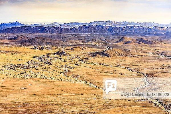 Luftaufnahme  Wüstenlandschaft  Sandwüste und Trockenflussläufe und Berge  Grenze zum Namib-Naukluft-Nationalpark  Region Erongo  Namibia  Afrika