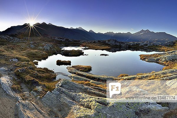 Sonnenaufgang am Grimselpass  Ausblick auf Walliser Alpen  Kanton Wallis  Schweiz  Europa