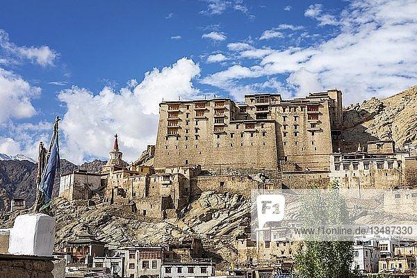 Palast und Gompa mit Blick auf Leh  Ladakh  Jammu und Kaschmir  Indien  Asien