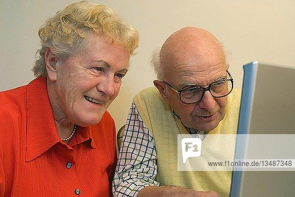 Oma und Opa bedienen ein Notebook  Deutschland  Europa