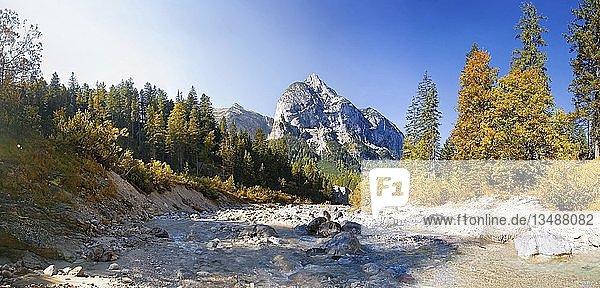Wildbach im herbstlichen Engtal  Nähe der Hagelhütten  Karwendel  Österreich  Europa