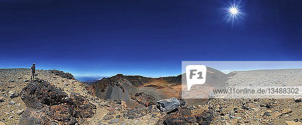 360° Panorama vom Vulcan Pico Viejo und Pico del Teide mit Frau stehend am Kraterrand  Teide Nationalpark  Teneriffa  Kanarische Insel  Spanien  Europa