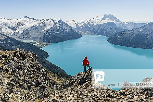 Ausblick vom Wanderweg Panorama Ridge  Wanderin auf einem Felsen  Garibaldi Lake  Guard Mountain und Deception Peak  hinten Gletscher  Garibaldi Provincial Park  British Columbia  Kanada  Nordamerika
