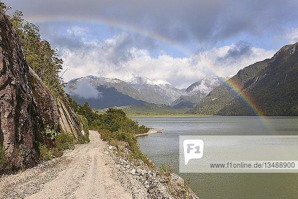 Schotterpiste mit Regenbogen bei Puerto Río Tranquilo  Carretera Austral  Valle Exploradores  Patagonien  Chile  Südamerika