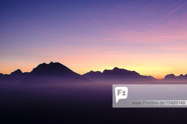Silhuette von Watzmann und Hochkalter  Abendrot  Abendstimmung  Berchtesgadener Alpen  Nationalpark Berchtesgaden  Schönau am Königsee  Oberbayern  Bayern  Deutschland  Europa