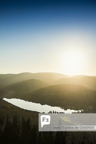 Blick vom Hochfirst auf Titisee und Feldberg bei Sonnenuntergang  bei Neustadt  Schwarzwald  Baden-Württemberg  Deutschland  Europa
