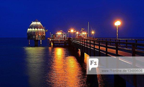 Seebrücke Grömitz zur blauen Stunde  Schleswig-Holstein  Deutschland  Europa