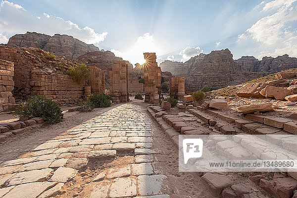Alte Römerstraße  Temenos-Tor im Zentrum von Petra  Nabatäerstadt Petra  bei Wadi Musa  Jordanien  Asien