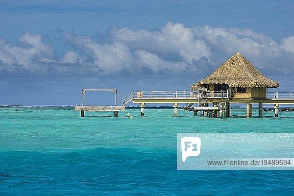 Überwasser-Bungalows auf Stelzen im Luxushotel  Bora Bora  Französisch-Polynesien  Ozeanien