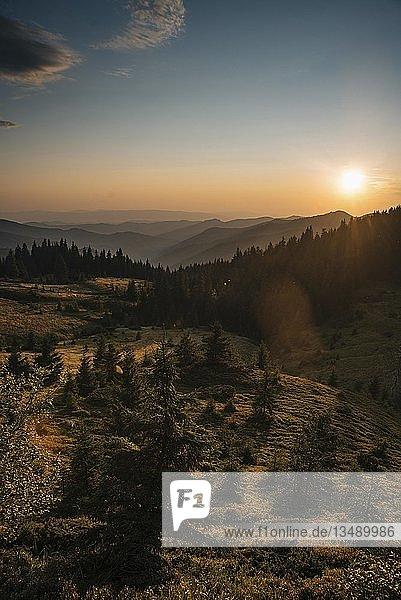 Sonnenuntergang in den Bergen  Karpaten  Gebiet Zakarpattia  Ukraine  Europa