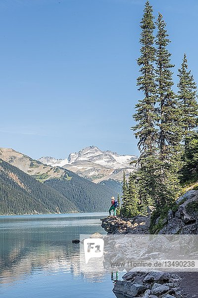 Wanderin am Garibaldi See  türkiser Gebirgssee  Spiegelung einer Bergkette  Guard Mountain und Deception Peak  Gletscher  Garibaldi Provincial Park  British Columbia  Kanada  Nordamerika