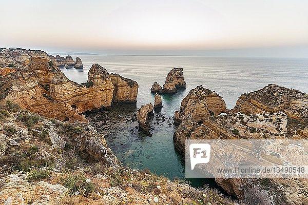 Felsen im Meer  Algarve Felsenküste  Ponta da Piedade  Lagos  Portugal  Europa