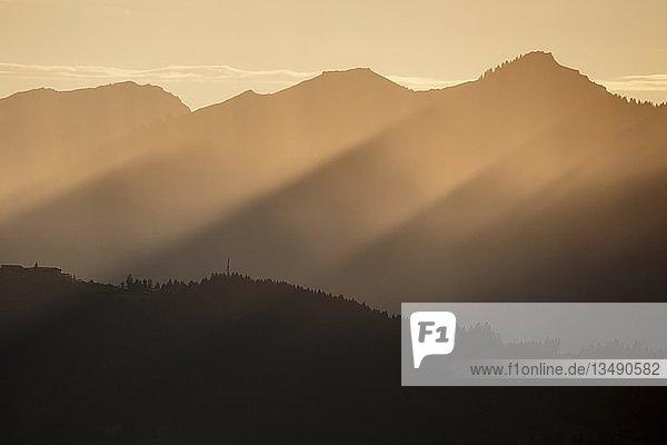Abendstimmung  Abendlicht  Sonnenstrahlen in den Bergen  Sonnenuntergang  Allgäu  Bayern  Deutschland  Europa