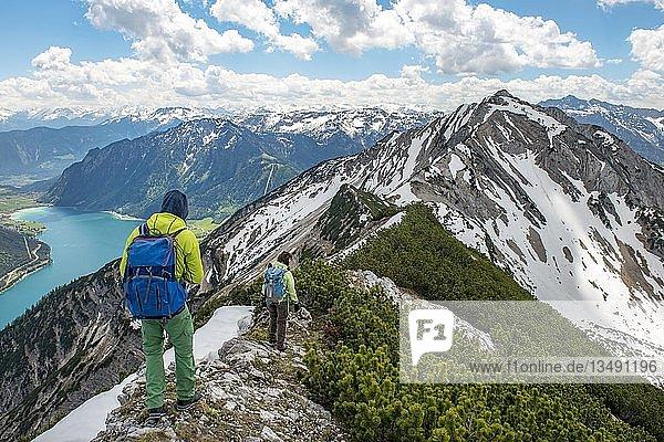 Zwei Wanderer auf Wanderweg  Überschreitung von der Seekarspitz zur Seebergspitz  Blick über den Achensee  Tirol  Österreich  Europa