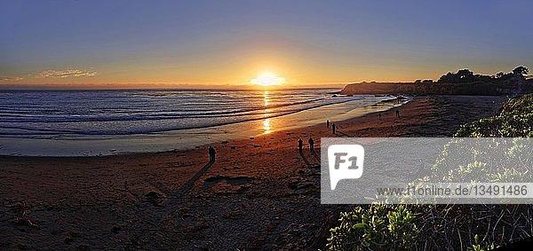 Personen bei Sonnenuntergang am Pazifikstrand von Cambria  Kalifornien  USA  Nordamerika