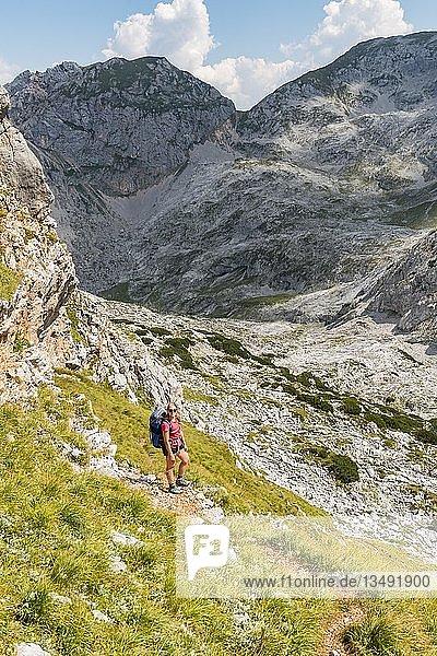 Wanderin mit Rucksack  Wanderweg in den Funtenseetauern  Steinernes Meer  Nationalpark Berchtesgaden  Berchtesgadener Land  Oberbayern  Bayern  Deutschland  Europa