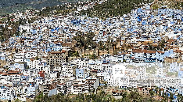 Ausblick auf blaue Häuser der Medina von Chefchaouen mit Kasbah  Chaouen  Riff Gebirge  Tanger-Tétouan  Marokko  Afrika