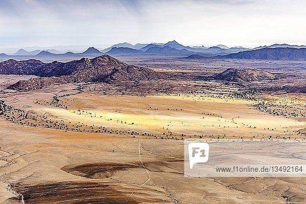 Luftaufnahme  Wüstenlandschaft  karge Berglandschaft  Rand der Namib-Wüste  Namib-Naukluft-Nationalpark  Region Erongo  Namibia  Afrika