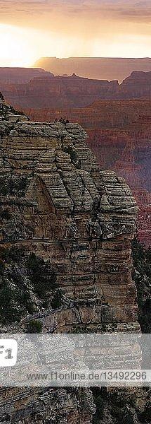 Ausblick auf den Grand Canyon im Abendlicht  Aussichtspunkt Mather Point  South Rim  Grand Canyon  bei Tusayan  Arizona  USA  Nordamerika