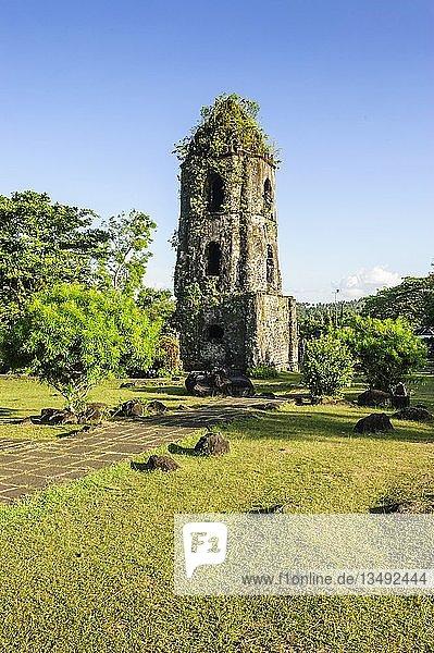 Cagsawa Ruinen vor dem Vulkan Mayon  Legazpi  südliches Luzon  Philippinen  Asien