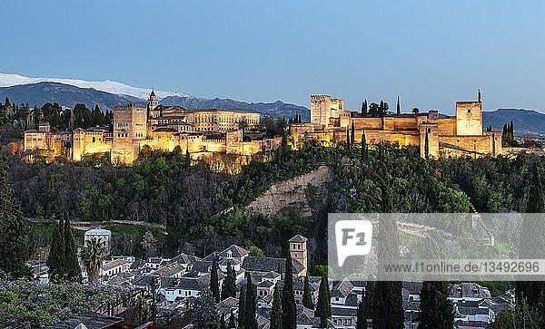 Abendstimmung  Alhambra auf dem Sabikah-Hügel  maurische Stadtburg  Nasriden-Paläste  Palast Karl des Fünften  hinten Sierra Nevada mit Schnee  Granada  Andalusien  Spanien  Europa