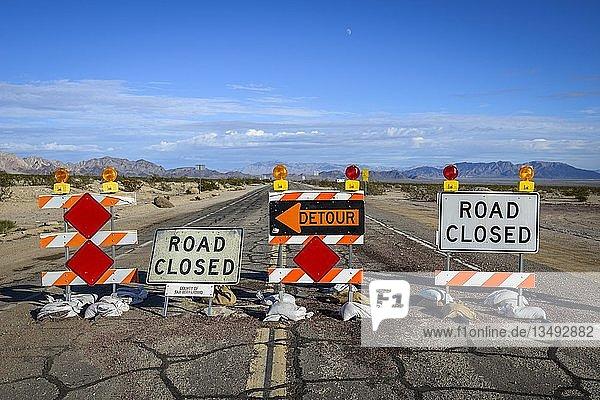 Detour  Road Closed  Straßensperre mit Umleitung  Straßenschild  Historic Route 66  Ludlow  California  USA  Nordamerika