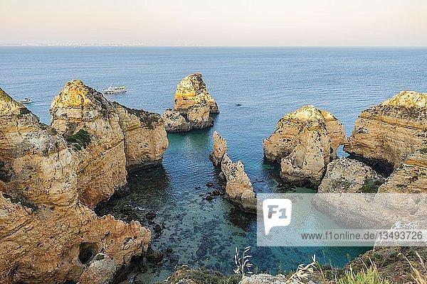 Ponta da Piedade  schroffe Felsenküste aus Sandstein  Felsformationen im Meer  Algarve  Lagos  Portugal  Europa