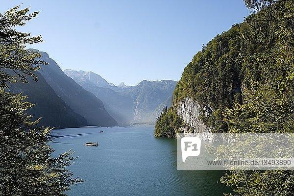 Ausflugsschiff auf dem Königssee vor Echowand  Berchtesgadener Alpen  Nationalpark Berchtesgaden  Schönau am Königssee  Oberbayern  Bayern  Deutschland  Europa
