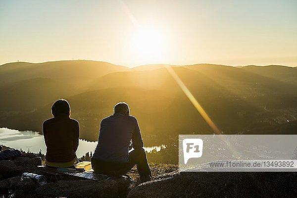 Älteres Paar am Hochfirst mit Blick auf Titisee und Feldberg bei Sonnenuntergang  bei Neustadt  Schwarzwald  Baden-Württemberg  Deutschland  Europa