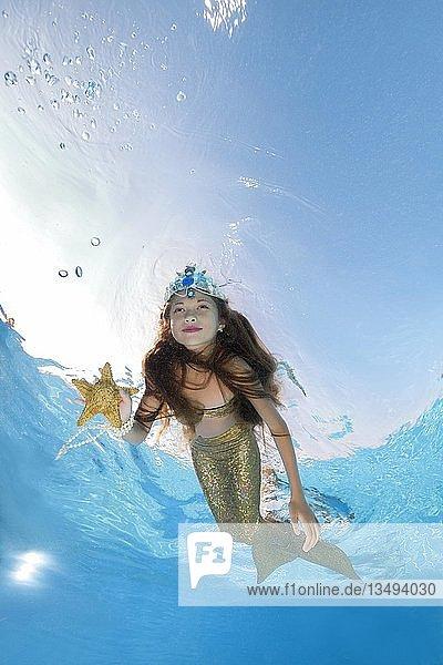 Mädchen im Meerjungfrau-Kostüm posiert unter Wasser  Ukraine  Europa