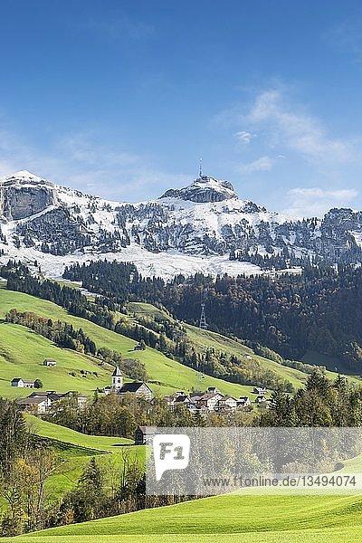 Grüne Weideflächen im Appenzellerland mit der Gemeinde Brülisau und schneebedeckte Appenzeller Alpen  Kanton Appenzell-Innerrhoden  Schweiz  Europa