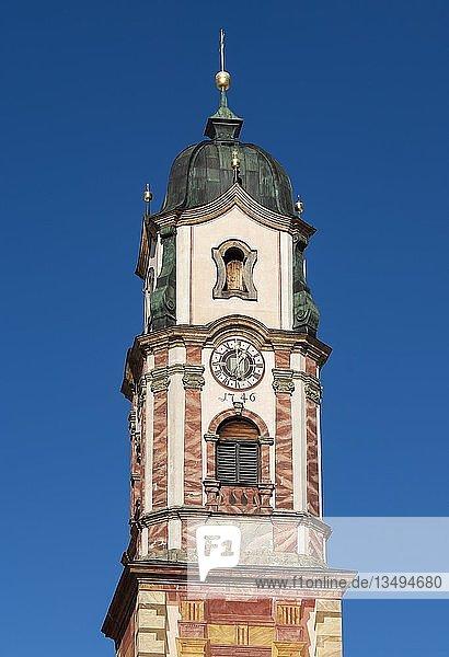 Kirchturm Pfarrkirche St. Peter und Paul  blauer Himmel  Mittenwald  Werdenfelser Land  Oberbayern  Bayern  Deutschland  Europa