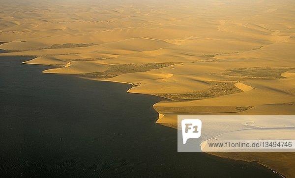 Luftaufnahme der Küste mit den Sanddünen der ans Meer grenzenden Namib-Wüste  Namibia  Afrika