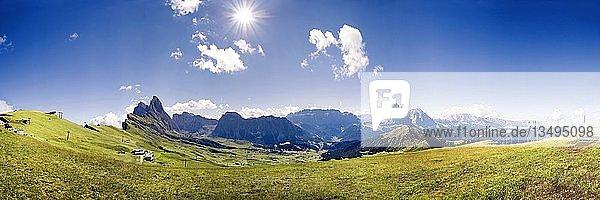 Panorama Blick von der Seceda Hochebene auf die Gipfel der Geislergruppe  Sellamassiv und Langkofel  Nationalpark Puez-Geisler  Wolkenstein  Südtirol  Italien  Europa
