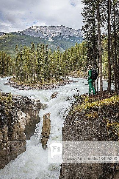 Wanderin vor Wasserfall Sunwapta Falls  am Icefields Parkway  Sunwapta River  Jasper National Park  Rocky Mountains  Alberta  Kanada  Nordamerika