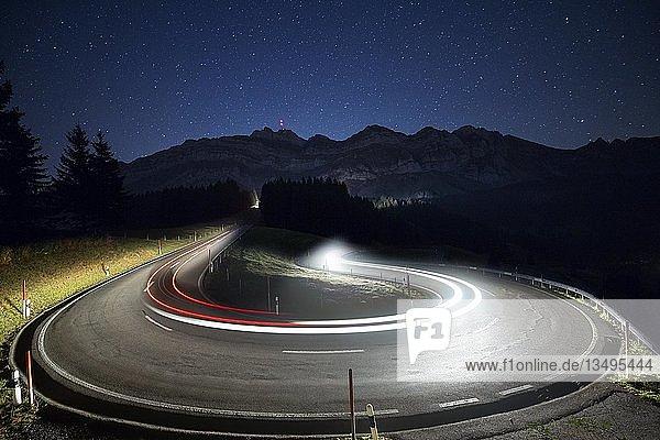 Passstraße mit Autos zur Schwägalp mit Sterne und Milchstraße  Lichtspuren  Schwägalp  Urnäsch  Appenzell Ausserrhoden  Schweiz  Europa
