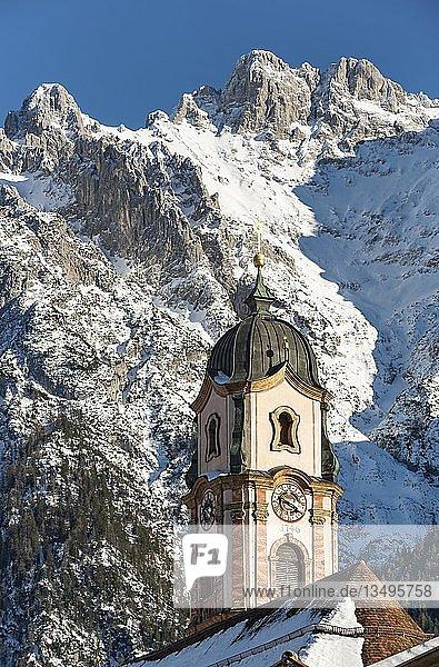 Pfarrkirche St. Peter und Paul  Mittenwald  hinten Karwendelgebirge mit Schnee  Werdenfelser Land  Oberbayern  Bayern  Deutschland  Europa