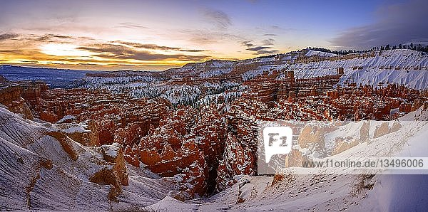 Amphitheater bei Sonnenaufgang  verschneite bizarre Felslandschaft mit Hoodoos im Winter  Rim Trail  Bryce Canyon Nationalpark  Utah  USA  Nordamerika