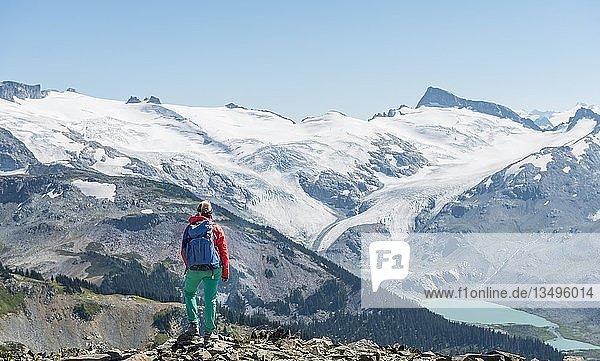 Ausblick vom Wanderweg Panorama Ridge  Wanderin vor einer Bergkette mit Gletscher  Guard Mountain und Deception Peak  Garibaldi Provincial Park  British Columbia  Kanada  Nordamerika