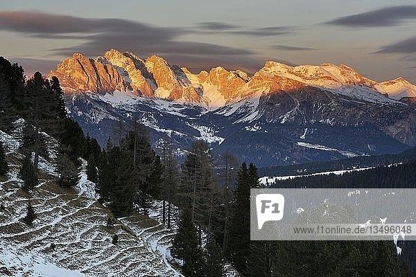 Geislerspitzen im Abendlicht im Winter  Seiseralm  Südtirol  Italien  Europa