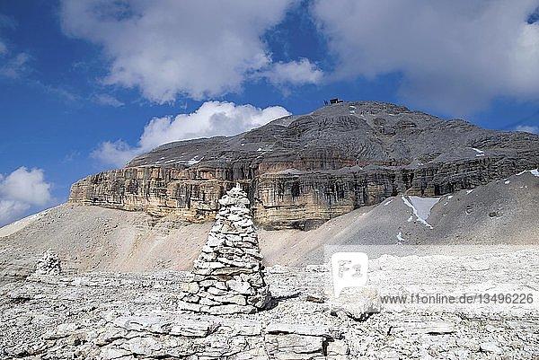 Steinmarkierungen  Steinmännchen  mit Piz Boe Gipfel auf dem Sellamassiv  Sellajoch  Südtirol  Italien  Europa